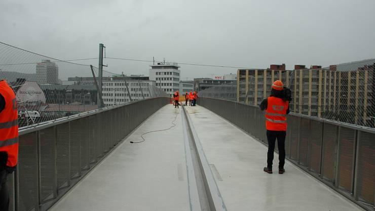 100 Meter der 160 Meter langen Fussgängerbrücke über das Gleisfeld beim Hauptbahnhof Zürich sind bereits gebaut.
