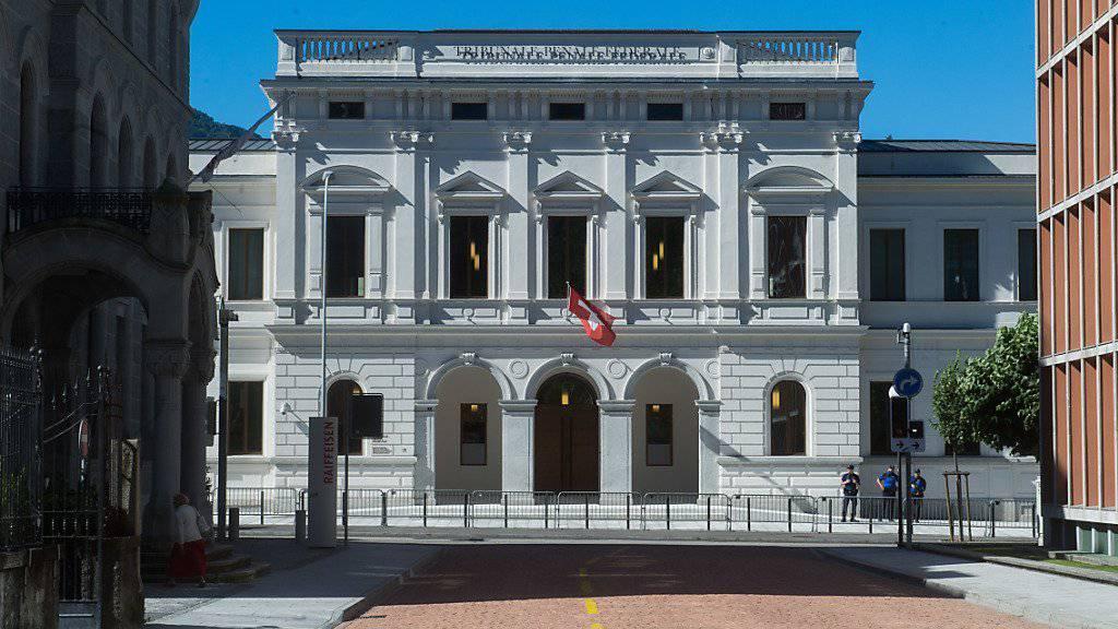 Sechs Personen müssen sich seit Mittwoch wegen Unregelmässigkeiten bei der Vergabe von IT-Projekten im Bundesamt für Umwelt vor dem Bundesstrafgericht verantworten.