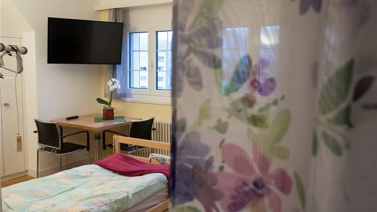 Blick in ein Zimmer im Hospiz Stationär Palliative Care in Brugg.