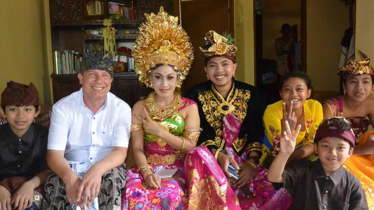 Heinz Schneider an einer balinesischen Hochzeit. In der Mitte Braut und Bräutigam in traditioneller Tracht.