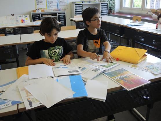 Die Schüler beim Gestalten des Panini-Albums