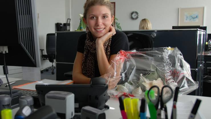 Samira Fracasso an ihrem Arbeitsplatz auf der Gemeindeverwaltung Oensingen.  wak