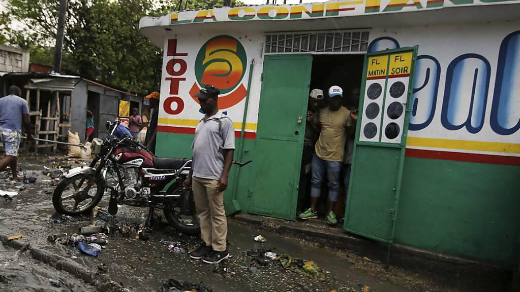 Nach starken Regenfälle liegen Trümmer auf einer Straße in Port-Au-Prince, Haiti. Zwei Tage nachdem der haitianische Präsident Jovenel Moise in seinem Haus ermordet wurde, wählt der Rumpf-Sentat einen Nachfolger. Foto: Fernando Llano/AP/dpa