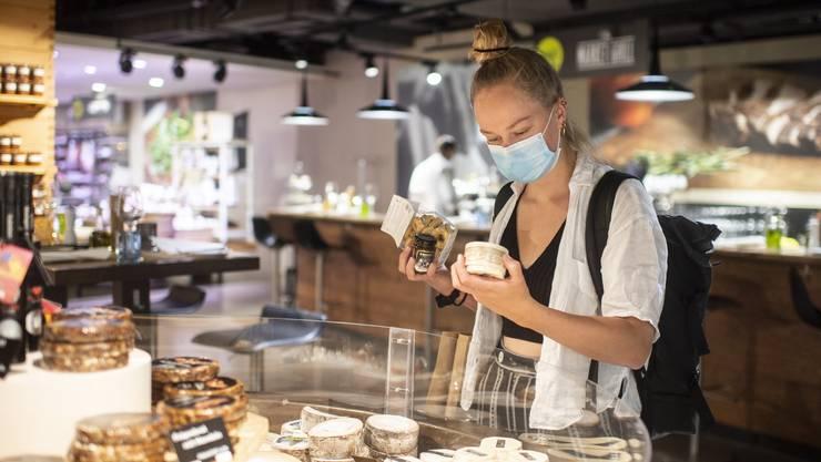 In mehreren Kantonen gilt mittlerweile auch eine Maskenpflicht beim Einkaufen. In gewissen Fällen kann dies zu Unstimmigkeiten an der Kantonsgrenze führen.