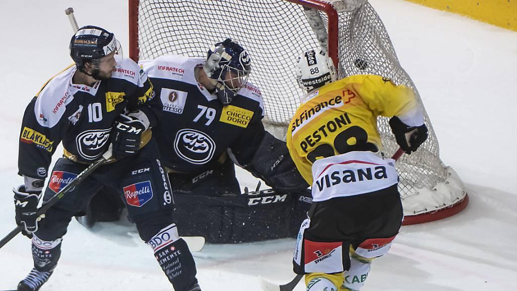 Berns früherer Ambri-Stürmer Inti Pestoni (rechts) erzielt hier das 3:1 gegen Bryan Flynn und Goalie Daniel Manzato.