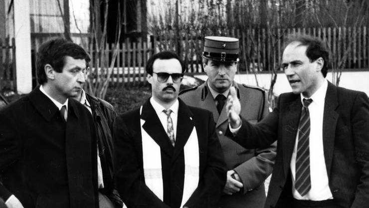 Bühnenreifer Auftritt: Alfredo Lardelli zwischen seinem Verteidiger Urs Oswald und Bezirksrichter Luzi Stamm, der heute SVP-Nationalrat ist.