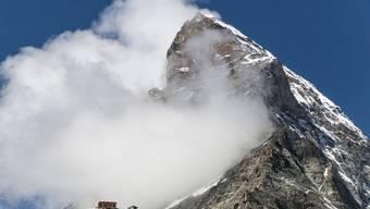 Die Hörnlihütte vor der Ostwand und des Matterhorns. Am Fuss der Bergflanke machte ein Zermatter Rettungsspezialist den makabren Fund. (Archiv)