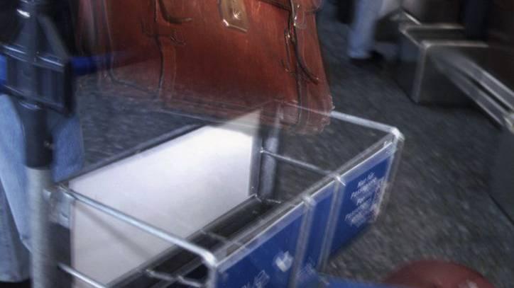 Ein Taschendieb am Flughafen Zürich hatte das Pech, sich einen Polizisten als Opfer auszusuchen. (Symbolbild)