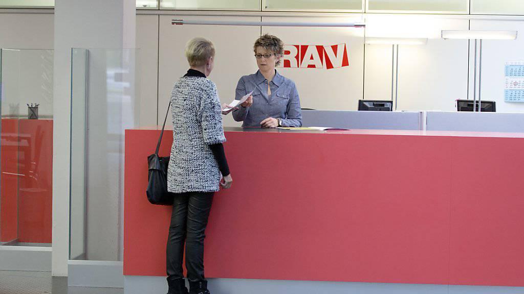 Bei den Regionalen Arbeitsvermittlungszentren (RAV) waren Ende Mai noch 144'778 Arbeitslose eingeschrieben. Das waren 4762 weniger als im Vormonat.