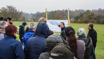 Drei Projektverantwortliche der Pro Natura erklärten in Fischbach-Göslikon, wie sie den Lauf der Reuss verändern möchten.