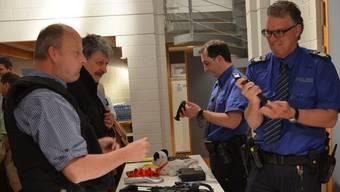 Der Boswiler Gemeindeammann Michael Weber und der Sinser Gemeinderat Rico Hartmann lassen sich von Wm Ivo Gisler und Fw Daniel Selm, stellvertretender Leiter der Repol Muri (im Uhrzeigersinn), die verschiedenen Ausrüstungsgegenstände zeigen.