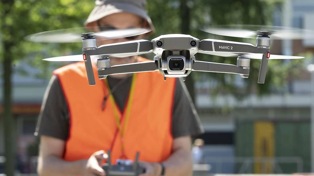 Künftig nur noch mit Ausbildung: Ein Pilot lässt eine über 900 Gramm schwere Drohne steigen. Er ist allerdings vom Schweizerischen Verband Ziviler Drohnen lizenziert. (Archivbild)