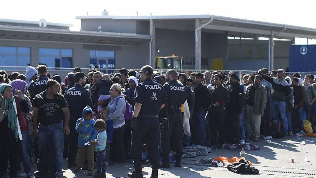 Flüchtlinge aus Ungarn an der österreichisch-ungarischen Grenze in Nickelsdorf im Burgenland.
