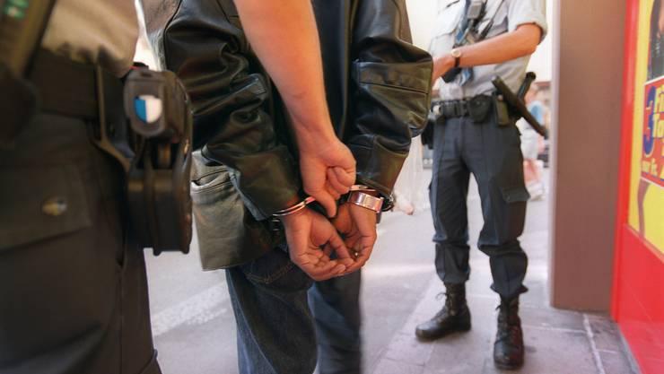 Zwei mutmassliche Drogendealer wurden von der Polizei verhaftet (Symbolbild).