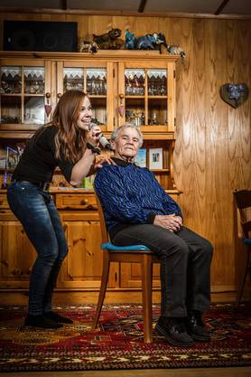 Auf dem Teppich bleiben: Wenn sie übt, singt Michelle in der Stube zu Hause ihrer Grossmutter vor; sie hat ein gutes Ohr.