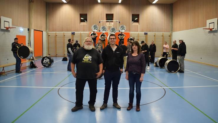 Die Gründungsmitglieder der Sädelgeischter Ruedi Gallmann und Dorly Schärer mit dem heutigen Präsident Jean-Marc Berchtold in der Mitte.