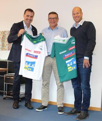 (links nach rechts) Otto Lysser, Vizepräsident SV Wiler Ersigen, Walter Wirth, CEO AEK onyx AG und Reto Luginbühl, Präsident SV Wiler Ersigen, präsentieren das Dress.