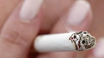Dass Tabakkonsum ungesund ist, wissen die meisten Rauchenden. Das Risiko, selber zu erkranken, schätzen sie laut einer Studie aber zu tief ein. (Themenbild)