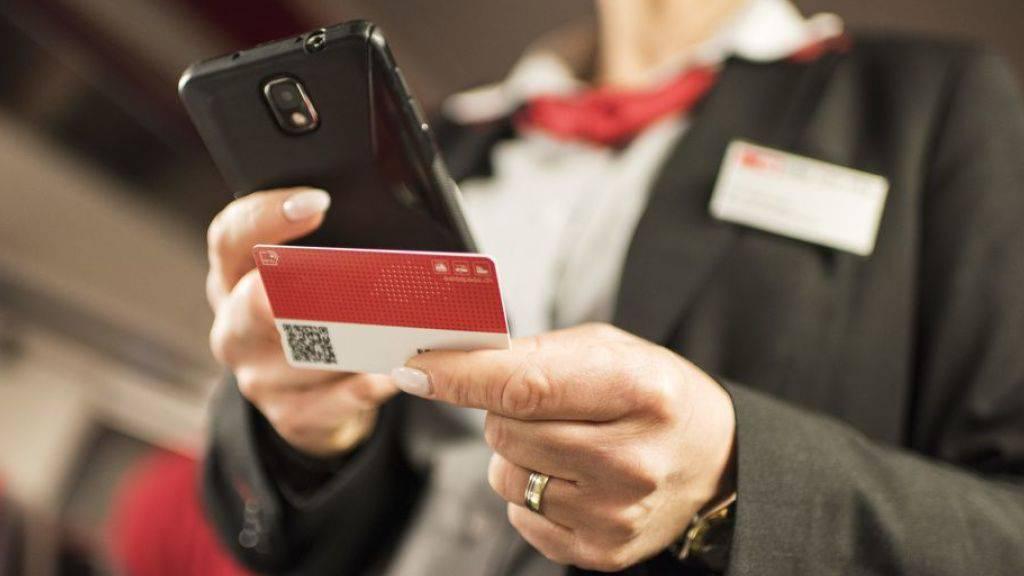 Inhaber eines SBB-Halbtax-Abos erhalten eine Gutschrift von 15 Franken und einen Gutschein von 20 Franken für einen Klassenwechsel. (Archivbild)