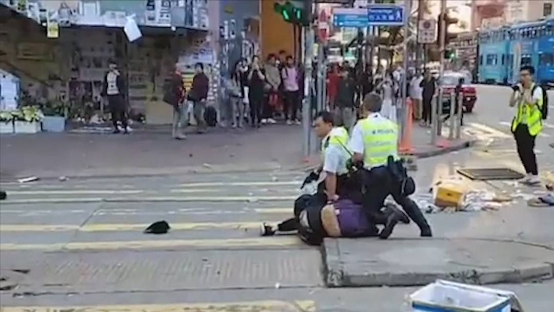 Hongkong: Polizist schiesst Demonstrant in die Brust