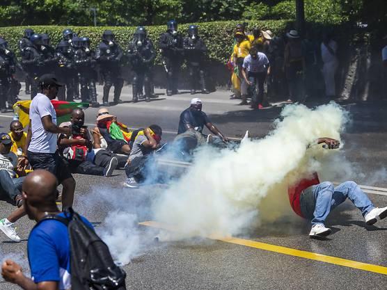 In Genf ist es am Samstag bei Protesten gegen den im Hotel Intercontinental logierenden Präsidenten Kameruns, Pau Biya, zu Auseinandersetzungen zwischen Gegnern und Befürwortern des Präsidenten gekommen.