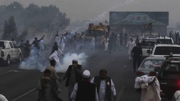 Demonstranten in Pakistan liefern sich auf einer Autobahn Auseinandersetzungen mit der Polizei.