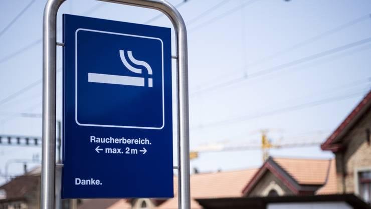 Im Umkreis von maximal zwei Metern ist das Rauchen um diese Tafel am Bahnhof Burgdorf gestattet.