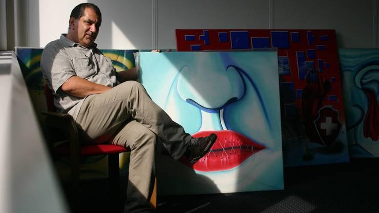 Andreas Föllmi von «Start Smart» zeigt Bilder, die heute Abend, während des kreativen Austauschs präsentiert werden.