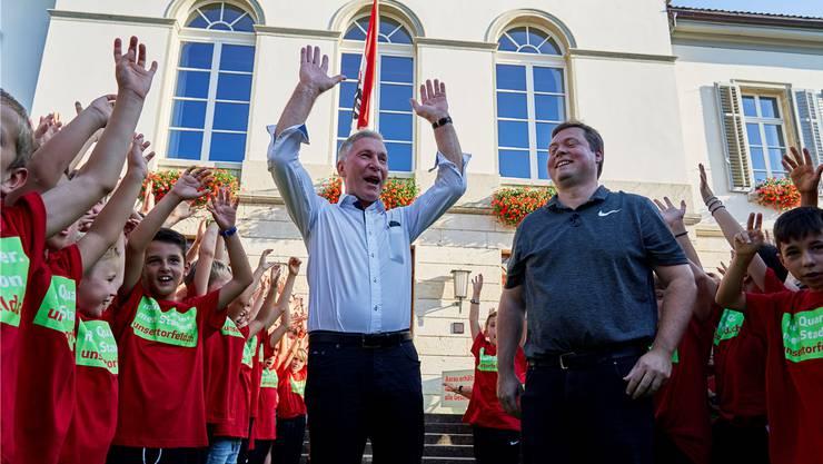 Noch-Präsident Alfred Schmid (l.) und Bald-Präsident Philipp Bonorand inmitten der FCA-Junioren mit den «mein quartier, mein stadion, unsertorfeld.ch»-T-Shirts.