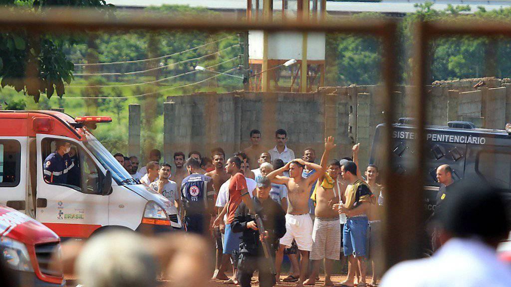 Nach dem Tumult im Gefängnis im brasilianischen Bundesstaat Goiás treiben die Sicherheitskräfte die verbliebenen Häftlinge zusammen.