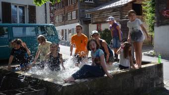Willkommene Abkühlung im Dorfbrunnen.