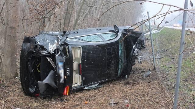 Rund 50 Meter von der Autobahn A13 entfernt landete das Auto hinter einem Wildzaun (Quelle: Kantonspolizei St. Gallen)