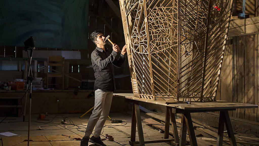 Sarwar aus Afghanistan arbeitet an seinem Kunstprojekt, das im Rahmen der Ausstellung «Ich bin hier» im Kunstsilo im Kunstsilo Emmen entstand.