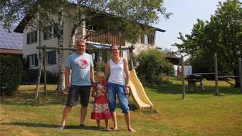 Mirjam und Markus Lüthi-Probst mit Tochter Lotta beim Wohnhaus des Bauernhofes.
