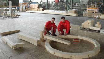 Dominik Müller (l.) wird das Riesenvelo anfertigen, Philippe Gerber hat es geplant. Die Dimensionen sind an der Grösse des Rades bereits jetzt zu erkennen. mf