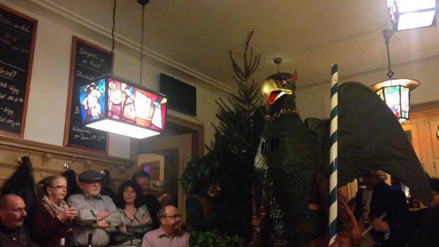Vogel Gryff tanzt im Restaurant Hahn für Wirt Marc Magne