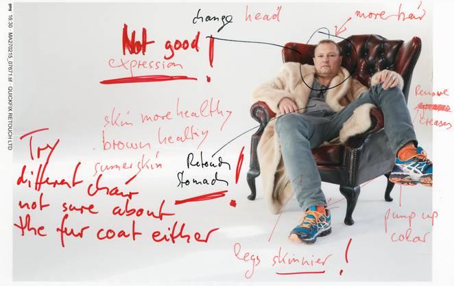 Selbstporträt von Jürgen Teller mit Optimierungsanweisungen.