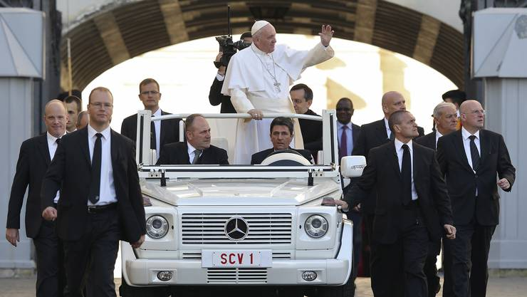 Men in Black: Die Personenschützer des Papstes tragen nicht die farbigen Uniformen der Schweizergarde.