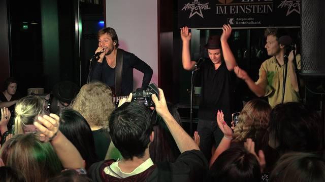 Spezial-Version: In Aarau spielten 77 Bombay Street ihre neue Single «Seven Mountains» unplugged – nur Càjon und Stimmen.