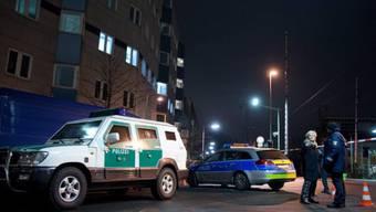 Polizeifahrzeuge sperren eine Strasse in Frankfurt