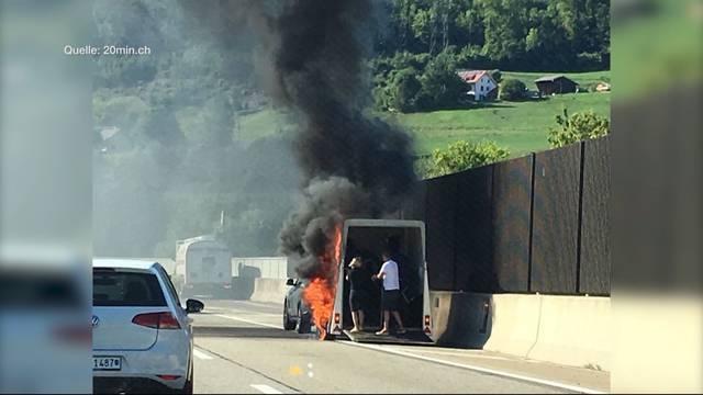Sissach: Pferdeanhänger brennt auf Autobahn