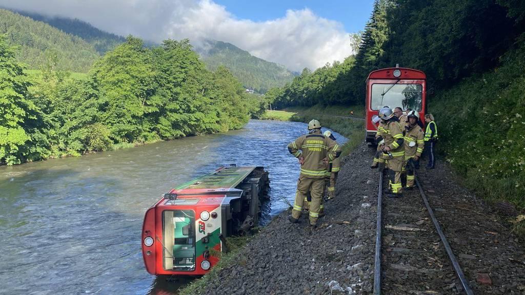 Salzburg: Zug entgleist und in Fluss gestürzt