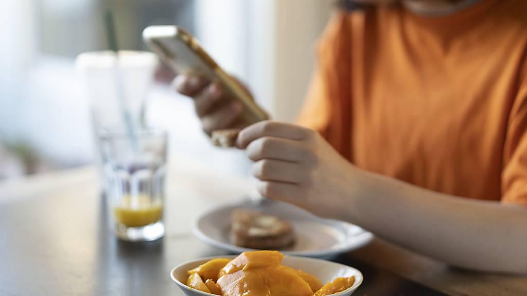 Für viele Schweizer Handynutzer wäre ein Prepaid-Angebot günstiger als ein Mobilfunk-Abo. Das zeigt eine Studie des Online-Vergleichsdienstes Moneyland.