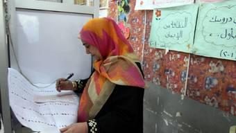 Eine Ägypterin füllt ihren Wahlzettel aus (Archiv)