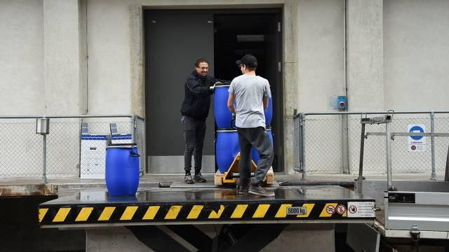 Die Ausbeute der Urin-Sammelaktion am Open-Air wird eingebracht.