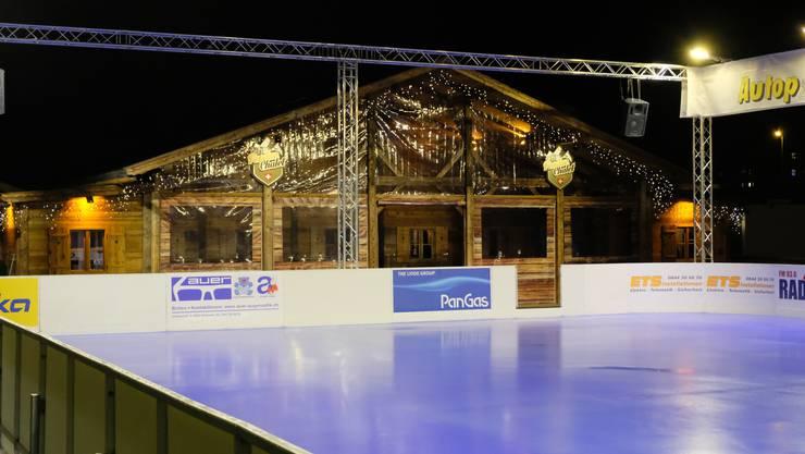 Eine einzigartige Neuheit in der Schweiz: Der Schlieremer Winterzauber wartet dieses Jahr mit blauem Eis auf.