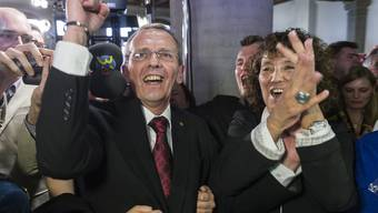 SP-Regierungsrat Philippe Perrenoud (links) jubelt zusammen mit der ebenfalls wiedergewählten SP-Regierungsrätin Barbara Egger-Jenzer nach Bekanntgabe seiner Wiederwahl.