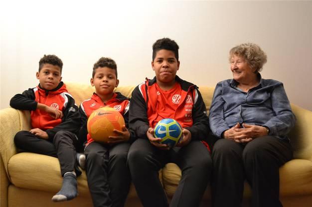 Aaron, Gideon und Desmond (von links) mit ihrer Grossmutter.