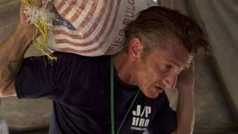 Nach dem Erdbeben in Haiti packte Schauspieler Sean Penn gleich selbst mit an (Archiv)