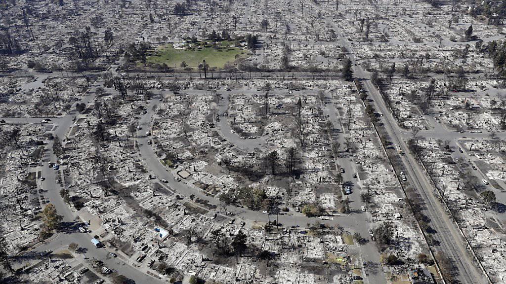 Die Brände in Kalifornien haben bereits 5700 Gebäude niedergebrannt.